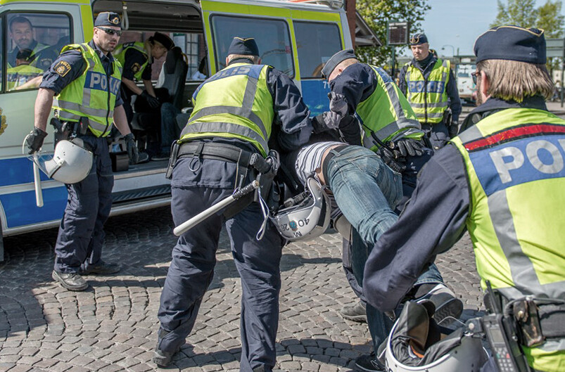 Axel Rosengren förs bort av polisen.